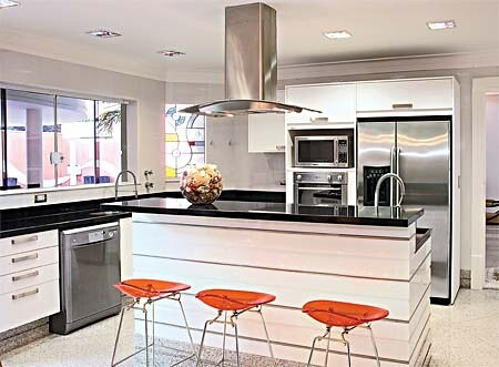 Cozinha com piso de granito branco dallas