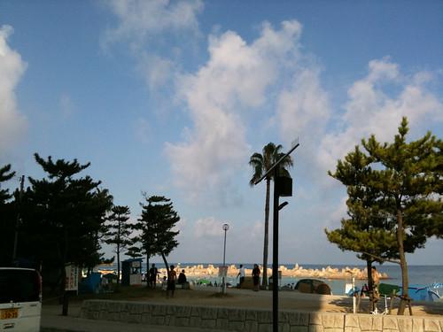 こんな時間から白良浜は海水浴客で満員  朝風呂はいりに行く