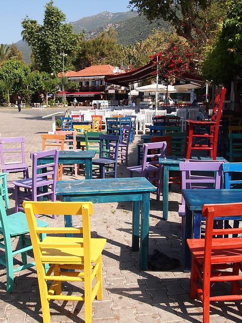 Kas餐廳的彩色桌椅