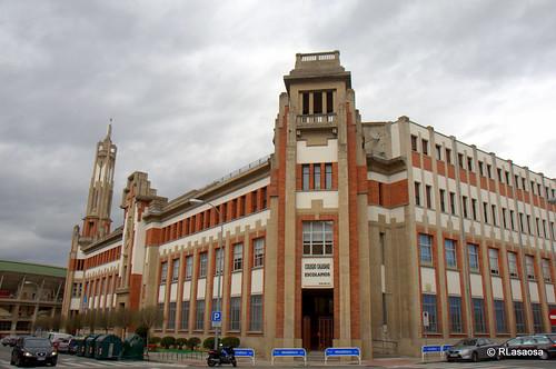 Panorámica del colegio de los Escolapios, con las fachadas a la Calle Olite y la calle Leire, obra del arquitecto pamplonés Víctor Eúsa.
