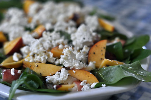 salat ruutlehikust, virsikutest ja kitsejuustust/salad with new-zealand spinach,peaches and goat cheese