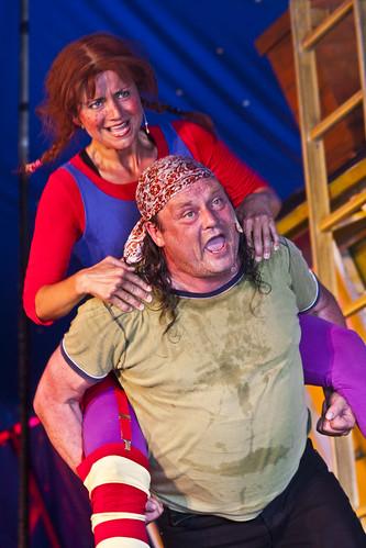 Pippi Langstrømpe på ryggen til sin sjørøverpappa