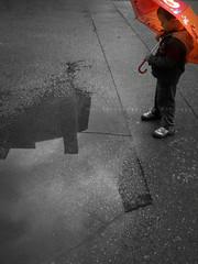 reflection (Mar Fernndez) Tags: boy red blackandwhite bw blancoynegro boys umbrella puddle rojo nios bn toll vermell fotografia umbrellas nio paraguas nen nens blancinegre iphone charco paraigua paraiges desaturadoselectivo desaturatselectiu selectivelydesaturated iphoneography clickgo latelierdejackieruedaabril latelierdejackieruedaabril10