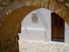 Vejer de la Frontera, Cdiz, Andalusia - Spain (Lee Cannon) Tags: street door spain arch spanish moorish andalusia cdiz andalusian narrowstreet hilltoptown vejer vejerdelafrontera puebloblanco riverbarbate whitevillagespain