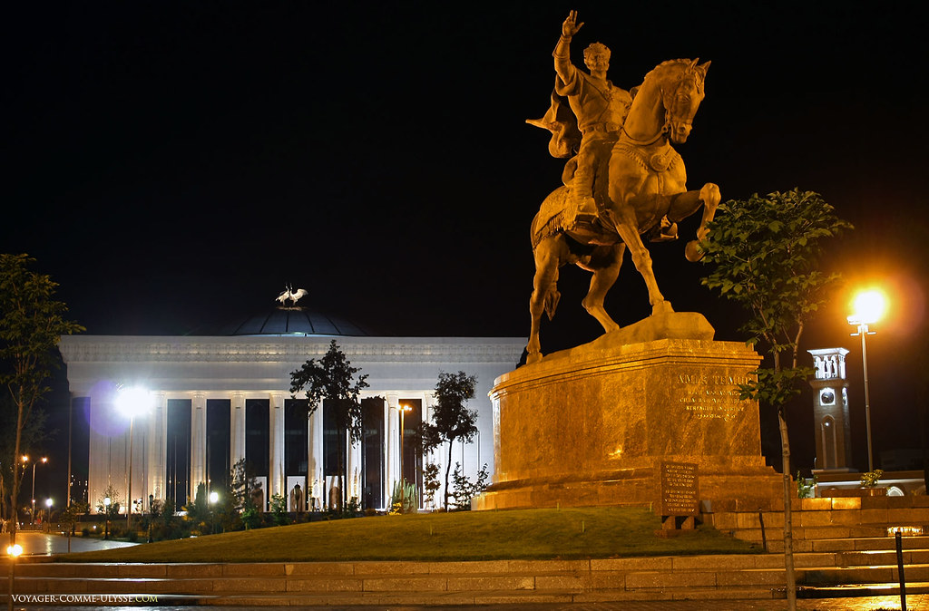 Statue équestre de Tamerlan, avec au fond le nouveau Palais des Congrès