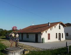 Bélus, Landes: puits décoré (Marie-Hélène Cingal) Tags: sculpture france southwest statue well 40 landes puits sudouest aquitaine paysdorthe bélus