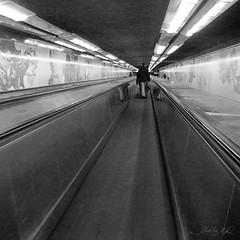 Metro em Paris (Martha MGR) Tags: blackandwhite bw paris architecture square perspective mmgr nikoncoolpixs550 marthamgr marthamgraymundo metroemparis