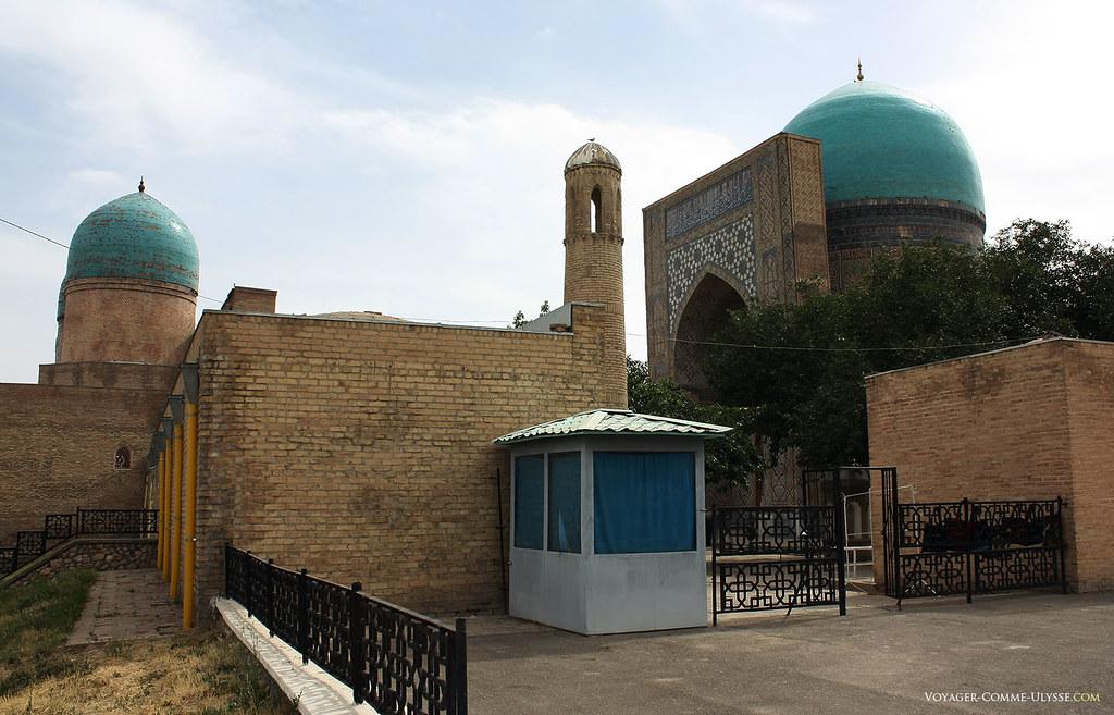 Entrada de Dorut Tilovat. À direita, a grande cúpula azul que dá o seu nome ao Kok Gumbaz.