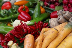 Colours of health (Tease 2 0 1 0) Tags: red green rot nature vegetables yellow healthy market natur fresh offer gelb grün markt vitamins naschmarkt gemüse frisch vitamine angebot gesund 24105mm eos5dmkii