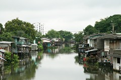 khlong tanon from chaengwattana road (the foreign photographer - ฝรั่งถ่) Tags: bridge houses water thailand canal wooden bangkok stilts tanon khlong bangkhen