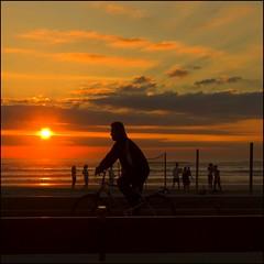 Feliz fin de semana - Happy weekend (Pilar Azaa Taln ) Tags: sunset espaa color luz atardecer mar andaluca spain bicicleta playa arena cielo ciclista puestadesol cdiz ocaso siluetas bicicletta voleyplaya copyrightpilarazaataln