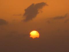 CAP VERT 09.2011 570 (MUMU.09) Tags: ciel nuage coucherdesoleil tramonto pr do sol puesta del     sonne sole sun      himmel cielo cu sky   photo foto         bild imagem   gkyz bu tri   spir  gn batam hong hn   solnedgng  gne   bulut cloud   niebo zachdsoca chmura    sunset  skinu