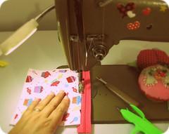 J t aqui fazendo o que mais amo ... (Joana Joaninha) Tags: love amor carinho cupcake paixo mquina capricho costura joanajoaninha hellennilce
