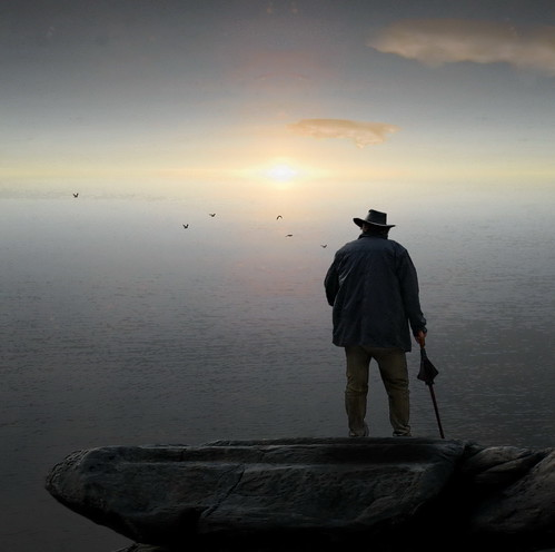 [フリー画像] 人物, 人と風景, 老人・高齢者, おじいちゃん・おじいさん, 後ろ姿, 201109130500