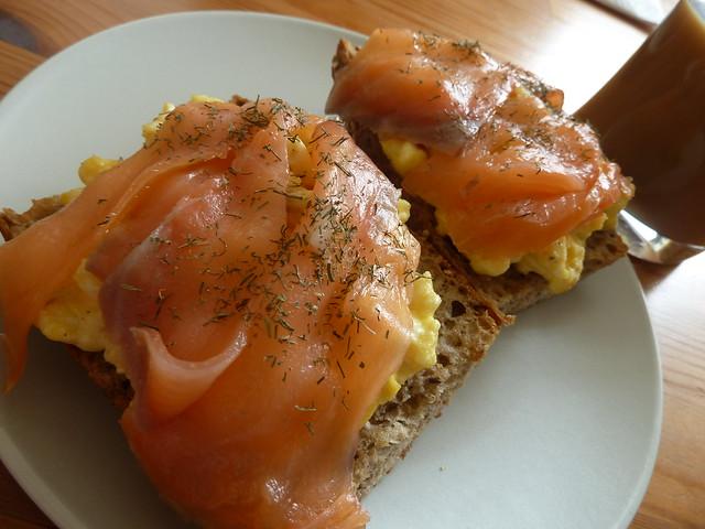 Tostadas danesas con salmón.