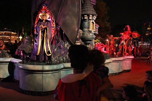 Evil Queen - Boo To You parade