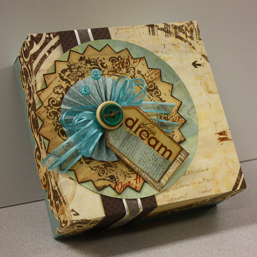 6169509577 f48bf06098 DIY: Paper crafted gift box!
