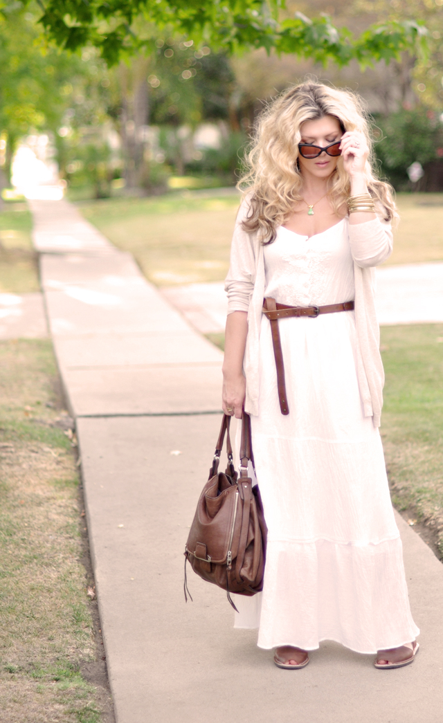 white maxi for fall with  bown accessoris and sjp big hair