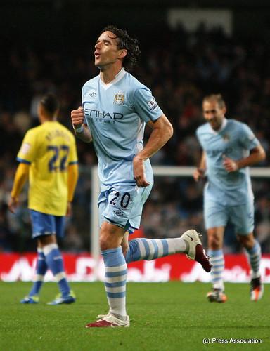 Owen Hargreaves celebrates his goal
