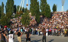 Mauerpark in Berlin (BerlinerWetter) Tags: park shirtless people hot berlin sexy green berg basketball sport athletic leute area crowds sixpack mauerpark prenzlauer athletisch