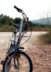 T'esperar (Salva G.) Tags: color film bicycle analog pen 35mm fuji bicicleta olympus negative 200 frame half scanned fujifilm ft pelicula asa halfframe f18 35 analogica analogic 38mm analogico fzuiko mediona pellicula blinkagain