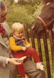 Pferdefüttern m Papa 20.5.1977