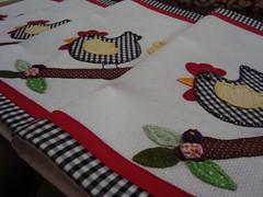 Detalhe - Jogo Americano Galinha. (romelia.artesanatos) Tags: galinha artesanato patchwork aplique romelia montealto jogoamericano romlia romeliaartesanato