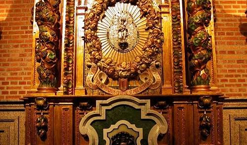 Antiguo medallón y Virgen peregrina