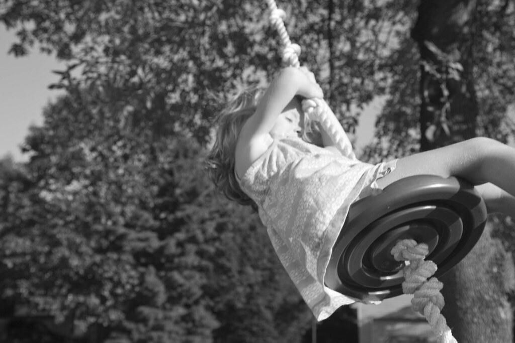 Elle swinging