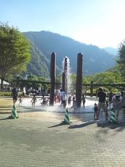 あいかわ公園の噴水で水遊びの写真