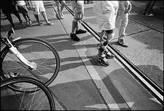 Streetparade #8 (Thomas (dk-photoblog.com)) Tags: vienna wien street leica people urban bw black film bike bicycle festival analog zeiss t foot austria österreich leute kodak trix tracks rangefinder parade ring d76 400 streetparade rails sw 28 analogue m6 schwarz gleise fahrrad splint schiene streetfestival 21mm fus biogon zm weis 2011 strase messsucher ringstrase 2782011 geschient