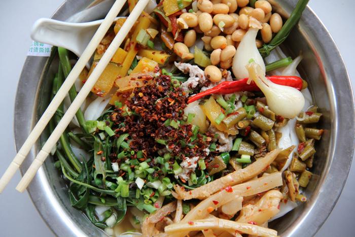 Eating Guilin Noodles 桂林米粉 in Yangshuo, China