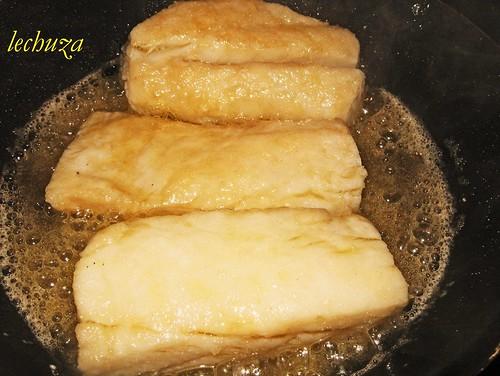 Bacalao en salsa de pimientos verdes-friendo bacalao