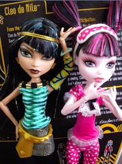 Strike a pose 2 (xTheBlackCatx) Tags: mh schoolsout monsterhigh cleodenile deadtireddraculaura