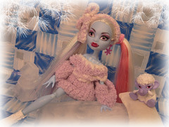 Abbey is Dead Tired (Mariko&Susie) Tags: ice abbey monster dead high bed doll dolls crochet mammoth tired yeti mattel shiver marikosusie bominable