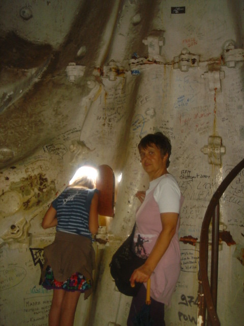 Ame_and_Denise_inside_the_statue