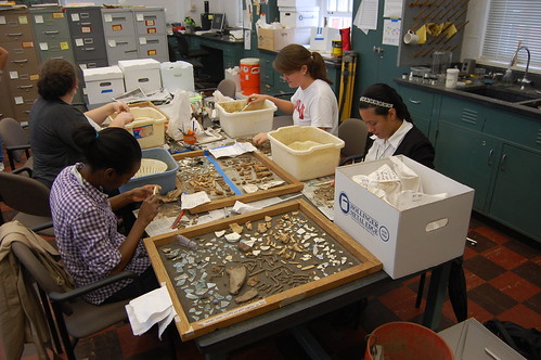 Students Norma, Paige, Jennifer, and Taqwa wash artifacts from Wye. Source: Benjamin Skolnik