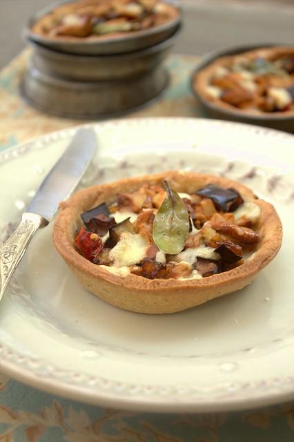 Tartellette con finferli, melanzane e provola piccante