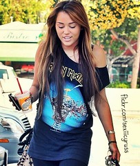 Miley Cyrus <3 (PurpleHeartGirl1_) Tags: usa longhair highlights trainers paparazzi brunette sweatpants printshirt