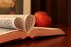 ..♥.. (WaFa ,,) Tags: ♥ عشق قلب تفاح تصويري حب كتاب انعكاس ستاره كانون booklove بوك وفاء عزل