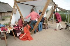 NDR-Reporterin Anke Harnack mit Team am Arbeitszelt von dem Glasperlenmacher Sven Hopp in Haithabu – Wikinger Museum WHH 16-09-2011