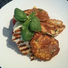 Sweetcorn fritters with tomatoes and halloumi