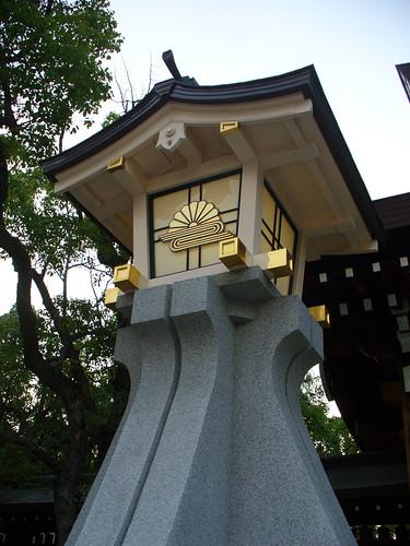 神戸の湊川神社表門にある大灯籠
