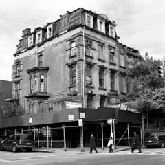 Bedford Avenue, Williamsburg Brooklyn (triebensee) Tags: brooklyn zeiss bedford hasselblad williamsburg avenue f28 planar 80mm 500cm ilfordxp2400super brooklynian