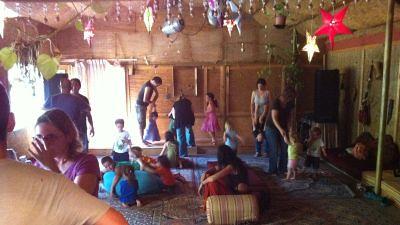כל הילדים קופצים רוקדים