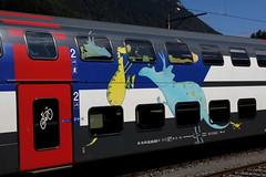 IC 2000 Doppelstockwagen / Kinderwagen mit Dinosauriermotiven am Bahnhof Interlaken Ost im Kanton Bern in der Schweiz (chrchr_75) Tags: train de tren schweiz switzerland suisse swiss eisenbahn railway zug september locomotive christoph svizzera chemin centralstation fer locomotora tog juna lokomotive lok ferrovia spoorweg suissa 1109 locomotiva lokomotiv ferroviaria  2011 locomotief chrigu  rautatie  zoug trainen kantonbern  chrchr hurni chrchr75 chriguhurni september2011 albumbahnenderschweiz2011 hurni110909 chriguhurnibluemailch albumzzz201109september