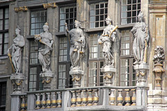 Grand Place de Bruselas (Rubn Hoya) Tags: plaza brussels square women place belgium mayor statues grand estatuas bruselas balcon belgica paises bajos flandes femeninas