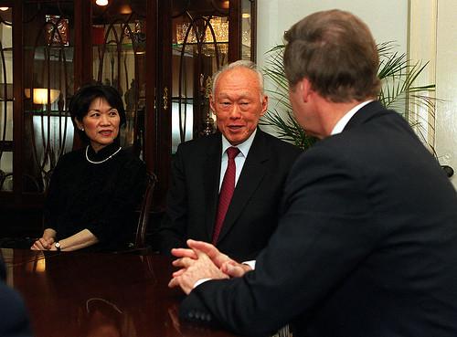 """วิกิลีกส์เผย """"ลี กวน ยู"""" มองเศรษฐกิจประเทศไทย ไปไกลเกินกว่าจะ """"พอเพียง"""""""