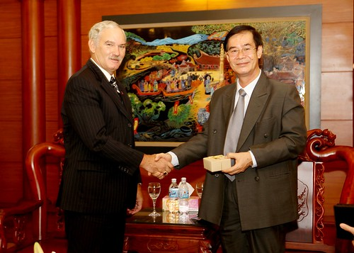 Acting Under Secretary for Farm and Foreign Agricultural Services Michael Scuse (left) meets Vietnam's Vice Minister of Agriculture and Rural Development Diep Kinh Tan in Hanoi on Sept. 25. As part of USDA's trade mission to Vietnam, Scuse is meeting with Vietnamese government and agriculture officials and encouraging increased agricultural collaboration and trade between the United States and Vietnam. Photo by Le Nguyen-Binh