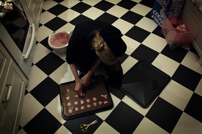Lousie gör som pippi och bakar på golvet